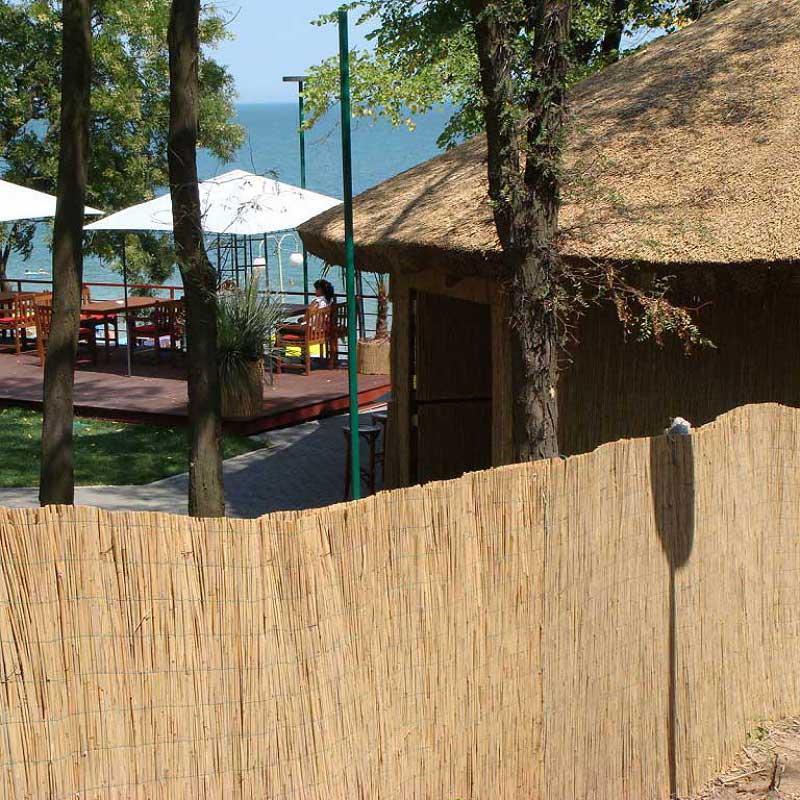 Тростниковый забор в интерьере