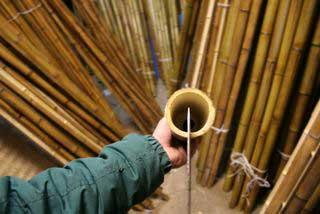 Устанавливаем нож перпендикулярно стволу бамбука