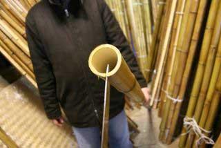 Важно. Пробиваем только одну стенку бамбука
