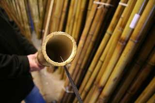 Первый вариант колем ствол бамбука пополам