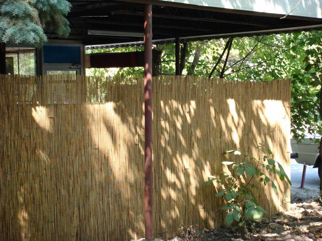 Тростниковые маты в качестве  декоративного забора