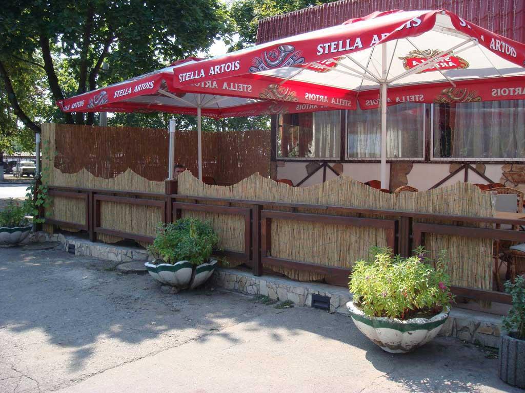 Тростниковые маты  в оформлении летнего кафе