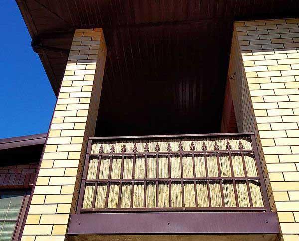 Тростниковые заборы на балконе