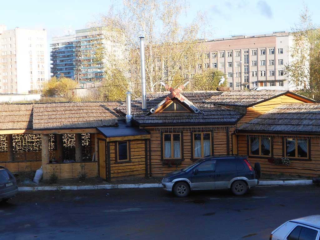 Камышовая крыша в оформлении кафе