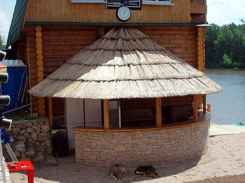 Крыша из тростника. Кафе. Пансионат.