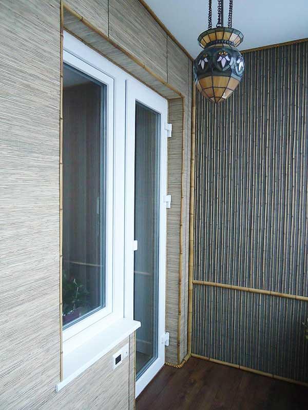 Тростниковые обои на балконе