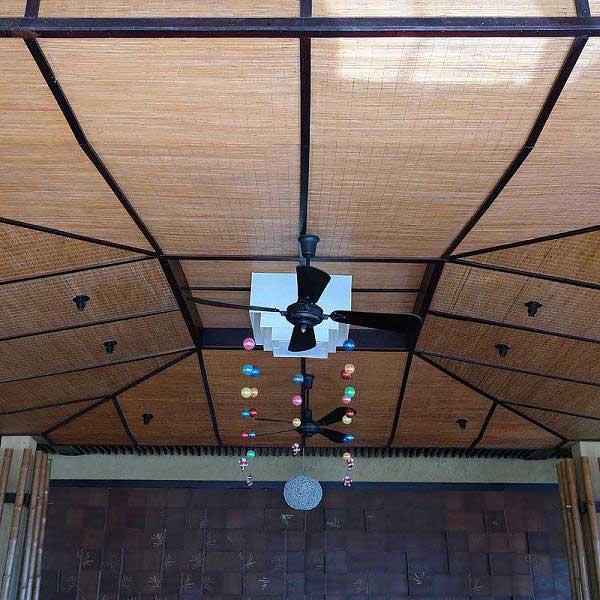 Бамбуковые обои с нитью в оформлении потолка