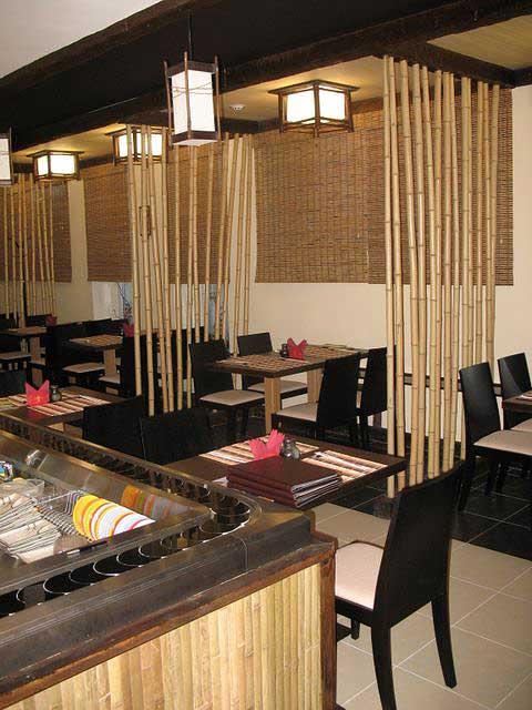 Бамбуковые стволы в интерьере кафе