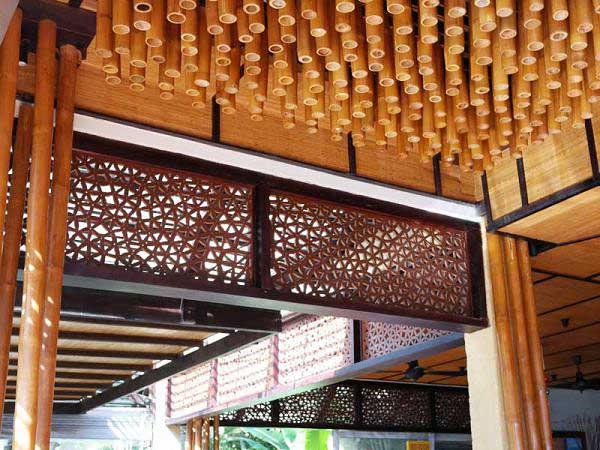 Оформление потолка бамбуковыми стволами