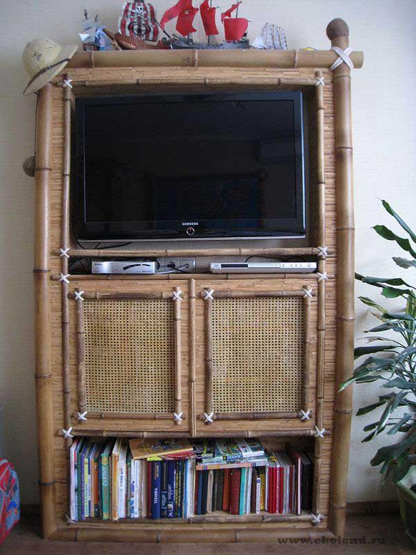 Книжный шкаф оформлен бамбуком