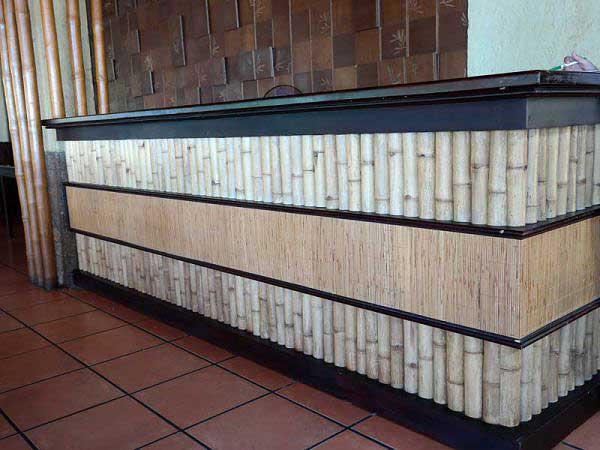 Оформление стойки бамбуком и бамбуковым полотном.