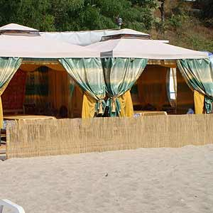 Декоративный забор из тростника на пляже