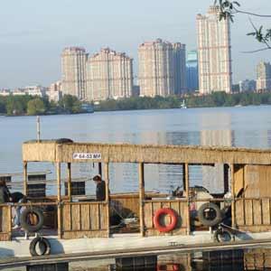 Тростниковые маты и бамбук в оформлении прогулочного баркаса