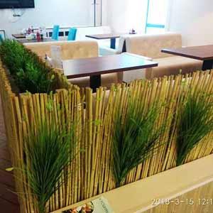 Бамбуковый забор в декоре кафе
