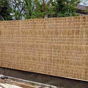 Тростниковые заборы на бетонной стене