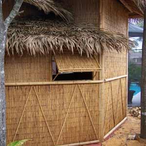 Оформление домика из тростника и бамбука