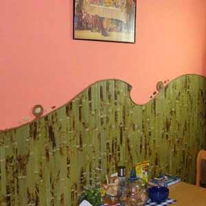 Бамбуковые обои на стене