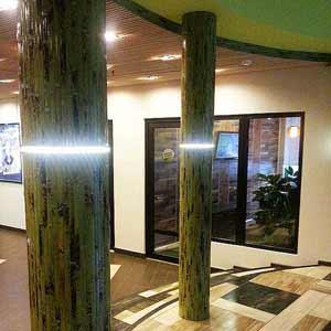 Оформление колонн бамбуковым полотном