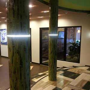 отделка колонн бамбуковыми<br />обоями