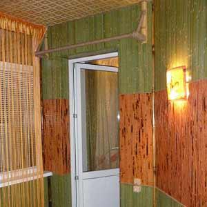 Комбинирование бамбуковых обоев на стене