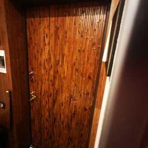Бамбуковые обои в оформлении двери