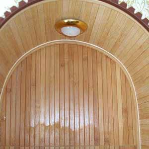 Обои из бамбука в арочном проёме