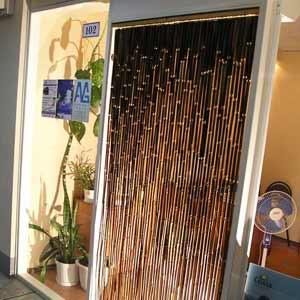 Бамбуковые шторы в дверном проёме