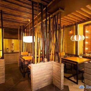 Бамбуковые стволы в кафе